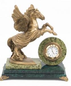 Часы из змеевика, статуэтка из скульптурного гипса.